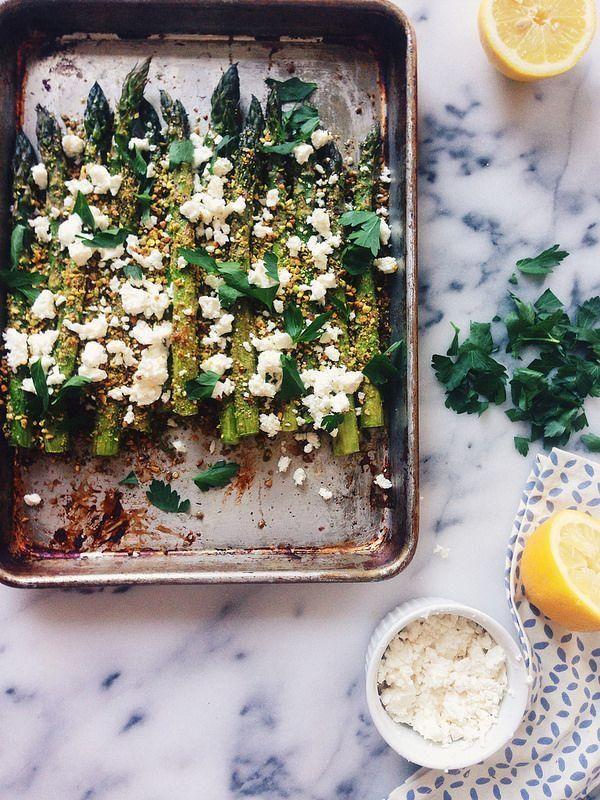 Asperges grillées pistaches parmesan. © Pinterest