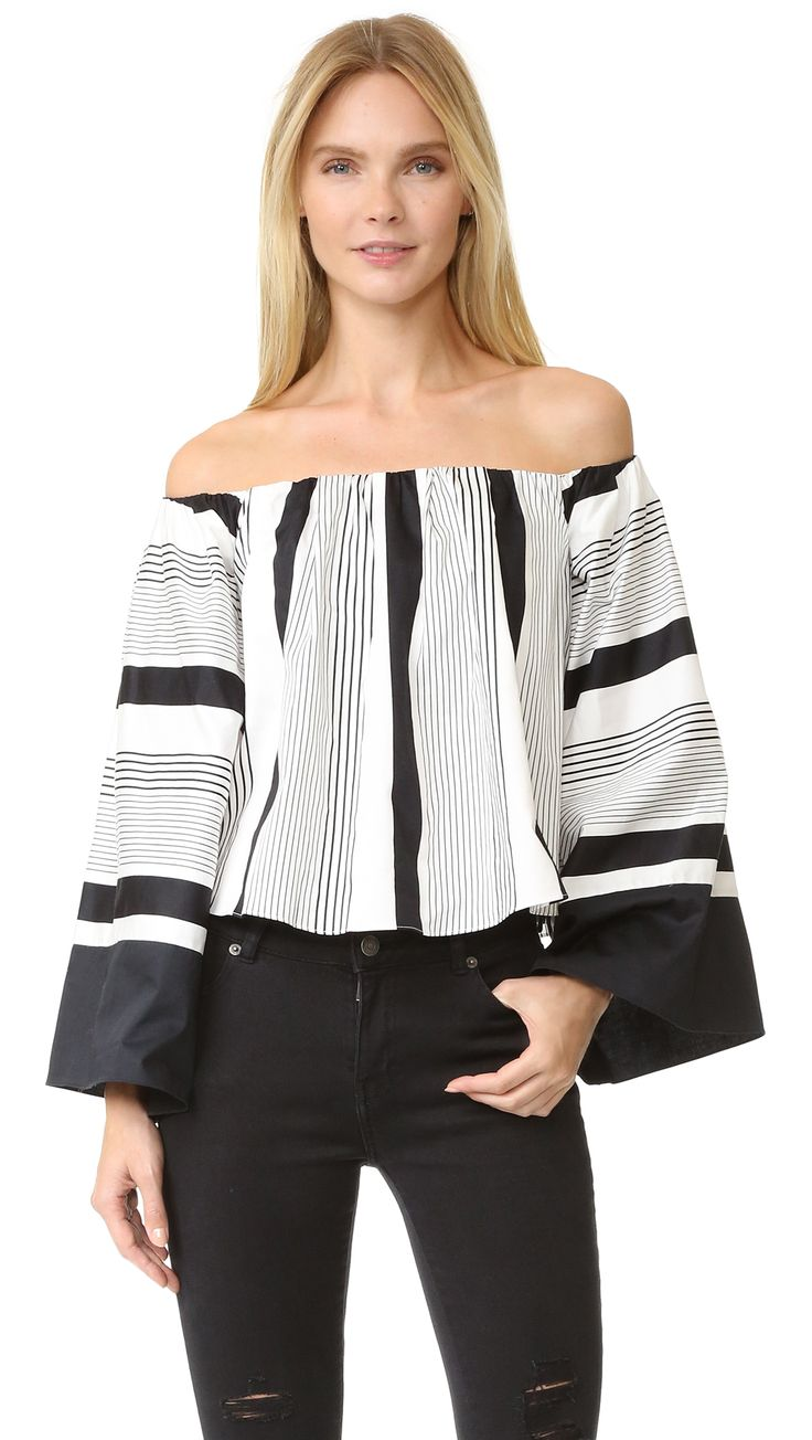 ¡Cómpralo ya!. Kendall + Kylie Jet Set To Tokyo Top - White/Black. A striped shirting KENDALL + KYLIE cropped blouse, styled with a flirty, off shoulder neckline. Long bell sleeves. Covered elastic top hem. Built in shelf bra. Fabric: Shirting. Shell: 100% cotton. Lining: 62% viscose/33% nylon/5% spandex. Wash cold or dry clean. Imported, China. Measurements Length: 15.25in / 39cm, from center back Measurements from size S. Available sizes: XS , tophombrosdescubiertos, sinhombros…