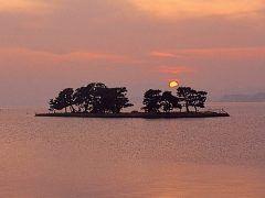 島根県松江市の宍道湖は全国で7番目の湖は日本の自然百選にも選ばれているんですよ 水質はわずかに塩分を含んでいる汽水湖です 宍道湖は夕方は刻々と表情を変えて絶景ですよ tags[島根県]