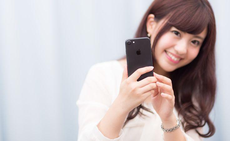 「黒いスマートフォンは大人っぽい?黒いスマートフォンは大人っぽい?」[モデル:河村友歌]のフリー写真素材