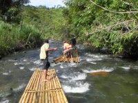 Op een bamboe vlot de rivier af! Loksado #Kalimantan #Borneo #Indonesië #reizen