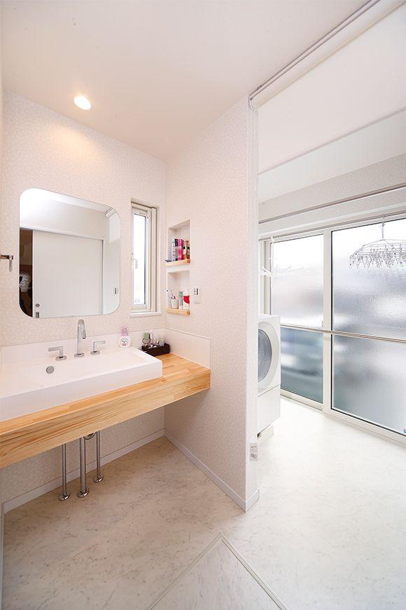 洗濯機スペース兼物干しサンルーム。洗濯機の側面にスペースが開いているのが掃除もしやすそう。