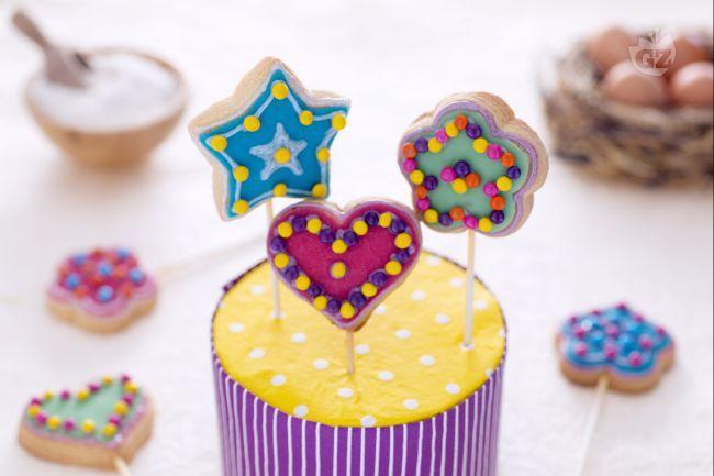 I biscotti lecca lecca sono dei golosi biscotti decorati con decorazioni in gel e zuccherini da gustare come un chupa chups.