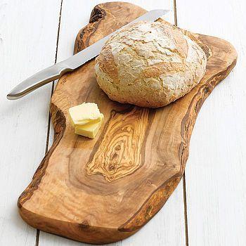 しっかりとした重さのあるオリーブの木のボードはとても優秀なカッティングボードです。パンのように柔らかめのものも綺麗にカットすることができます。