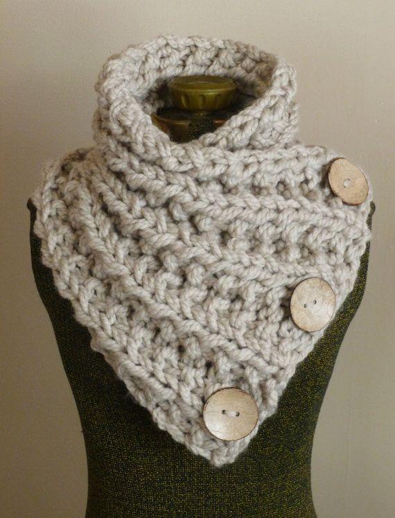 Cette main bouton grosse écharpe en tricot est faite de laine beige doux et épais. Le fil est doublé pour plus de chaleur et lécharpe est tricotée avec des nervures complexes dans tout le corps de lécharpe.  Il y a trois grande noix de coco fonctionnelle boutons cousues à la main sur le foulard.  Cette belle écharpe encapsule et touches facilement et gardera vous sentir chaude et élégante à la recherche.  Taille : Adulte/adolescent La fin non étirée : longueur 32 1/2 X largeur 12  En vente…