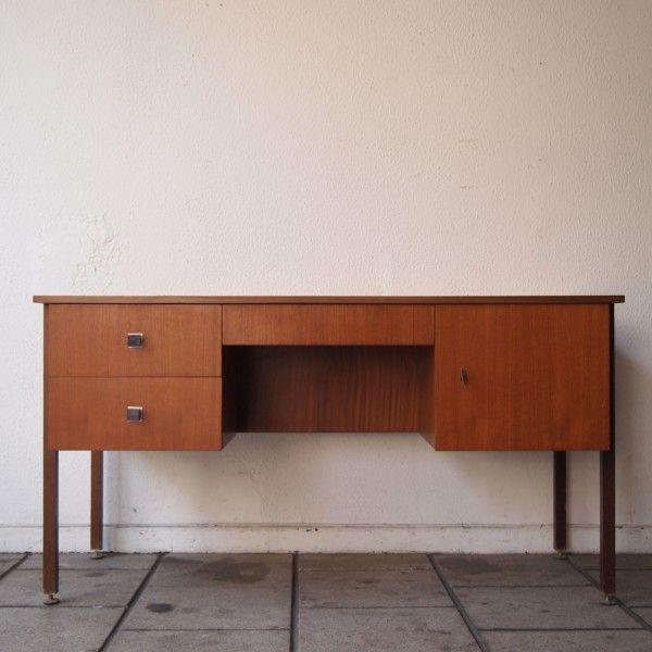 Bureau design vers 1970 : Aggloméré plaqué teck, 1 porte, 3 tiroirs dont un en ceinture sur 4 pieds à sections carrées | Salle de Vente Saint-Job