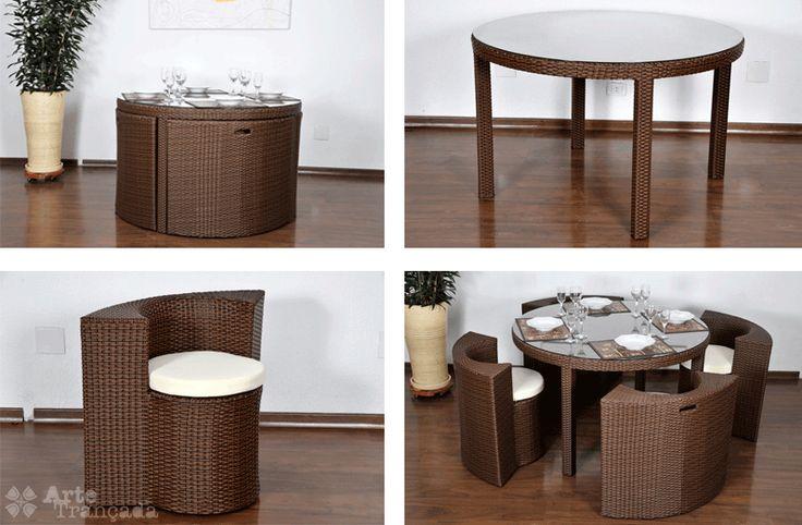 Conjunto de Jantar Maracá, composto por uma mesa redonda com tampo de vidro temperado e quatro poltronas que se encaixam sob a mesa, formando um lindo conjunto. — em Arte Trançada móveis para área externa.