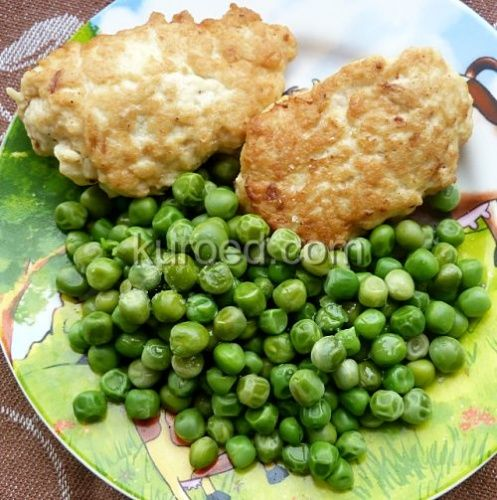 Котлеты-оладьи из свинины и курицы с зеленым горошком