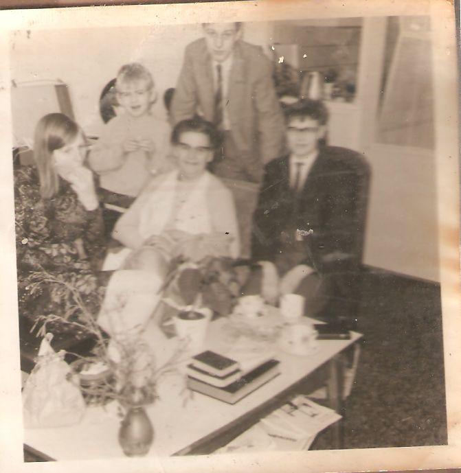 2e kerstdag 1970 achterkamer broederweg 26 in pak op mijn 14e verjaardag