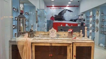 Νέα franchise συνεργασία για την PerfumeWorld στη Θεσσαλονίκη. Η αλυσίδα που μας προσκαλεί σε ένα άκρως αρωματικό ταξίδι συνεχίζει τη δυναμική της ανάπτυξη ανά την Ελλάδα, αριθμώντας πλέον 10 καταστήματα σε Θεσσαλονίκη, Κρήτη, Λάρισα και Καρδίτσα, ενώ διαθέτει παράλληλα και 2 shop in shop σε Άνδρο και Χαλκιδική.