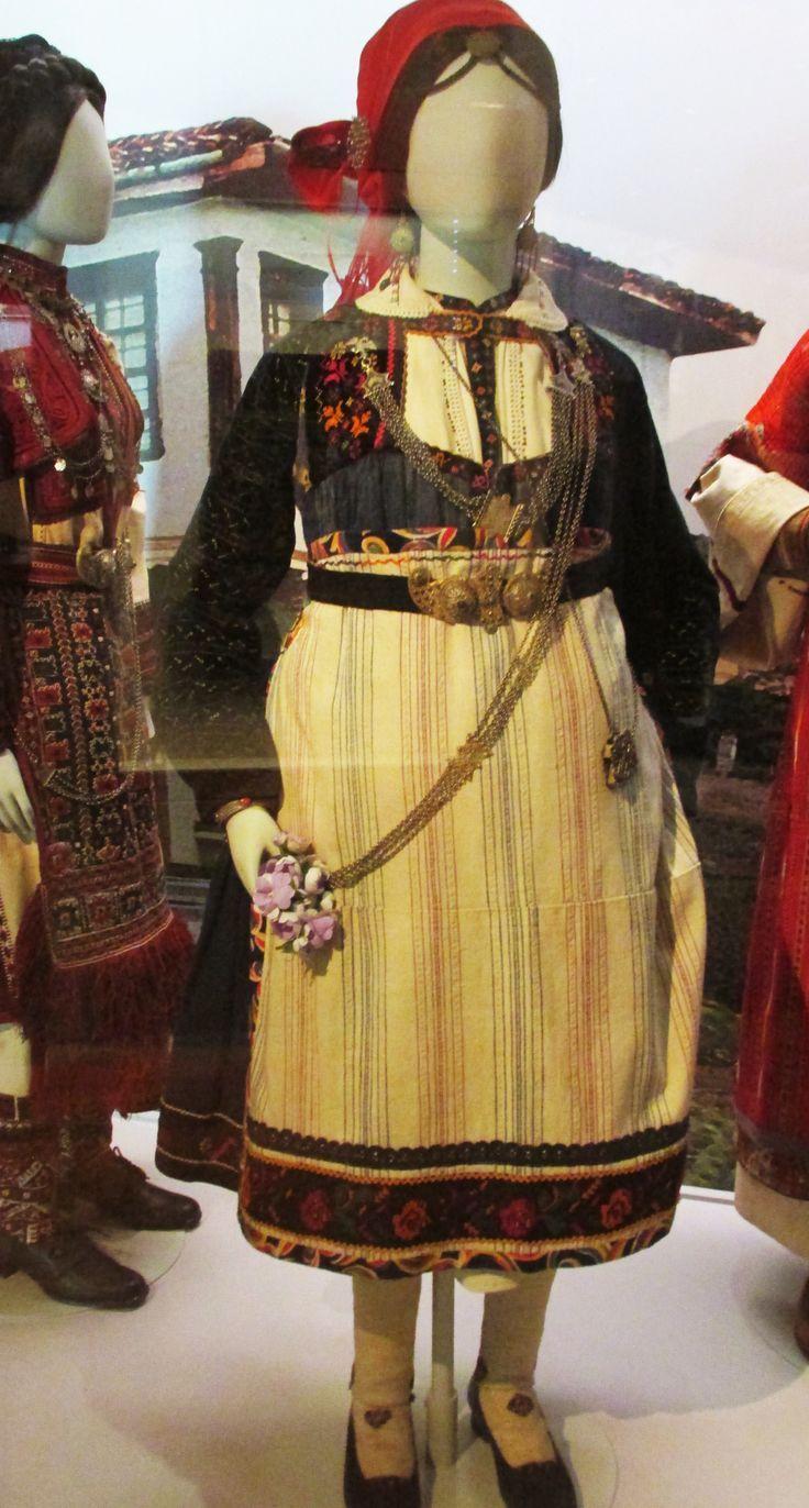 Θερινή ενδυμασία παντρεμένης από τον Κρόκο Κοζάνης./(Λαογραφικό και Εθνολογικό Μουσείο Μακεδονίας - Θράκης