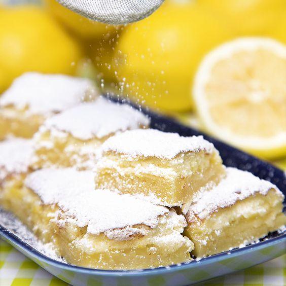 Söta bakverk kaka i långpanna: Syrliga, saftiga citronrutor som får det att vattnas i munnen.