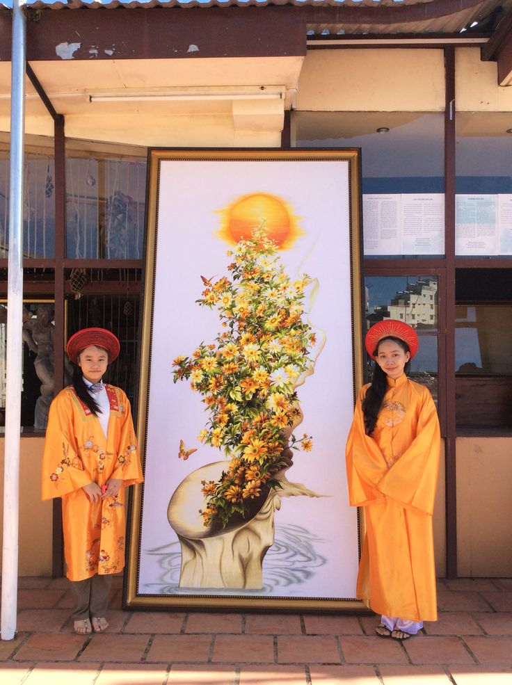 Embroidery's daughter with her Mother'Embroidery artwork.(inDalat city _Flower Festival 2016) XQvietnam.com