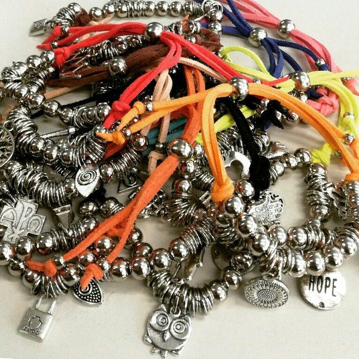 in stock Nuestras pulses en gamuza DOBLE con muchos dijes!! Que esperas para regalarlas en estas #fiestas  #navidad #happynewyear #hechoconamor #compraaemprendedores #angelesdecristalaccesorios . . #handmade #emprenderores #mujeresemprendedoras #instablogger #supremonutridor  #gemstone #goodbives #pulseras #bracelets #hechoconamor #musthave #horus #arboldelavida #owl #necklaces ecklaces #rings #emprendedores #fashion #buenosaires #accesories #angelslook #instagram #follo