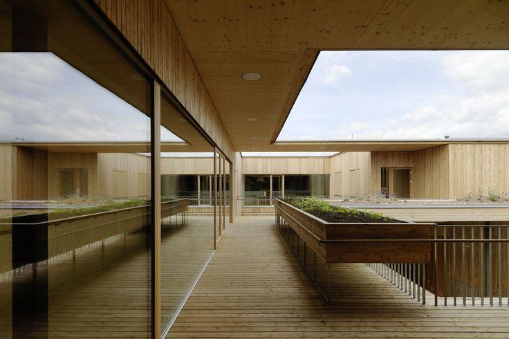 Construído pelo Dietger Wissounig Architekten na Graz, Austria na data 2014. Imagens do Paul Ott. Este lar da terceira idade de dois pavimentos no térreo de uma antigo pavilhão de Hummelkaserne se eleva em uma parte...