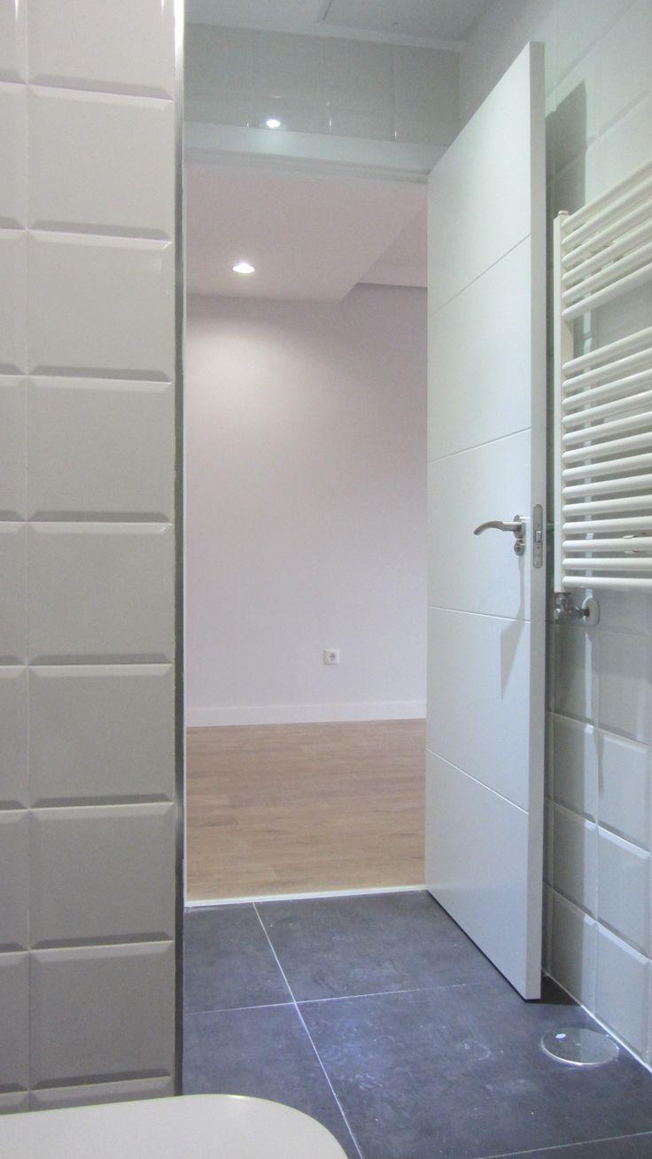Puerta maciza lacada en color blanco decorada con 4 franjas horizontales proyecto a257 - Tablero dm leroy ...