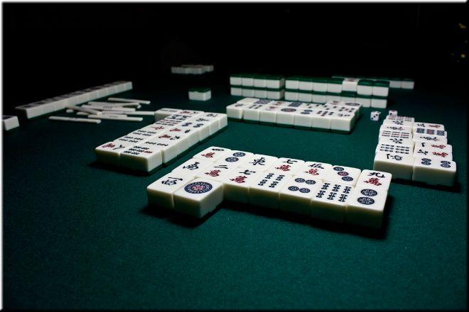 Многие ставят игру маджонг в один ряд с шахматами и другими стратегиями. И это не с проста. Игры схожи тем, что действительно, развивают логическое мышление. Но всё же, это очень разные игры. Попробуйте сыграть в маджонг здесьи убедитесь в этом. Маджонг предполагает наличие 4 участников. В игре задействованы 4 масти номиналом от 1 до 9 каждая. Помимо этого, в комплекте также присутствуют 4 ветра и 3 дракона.  1. На первом этапе игры все участники кидают кубики. Тот, чей кубик показал…