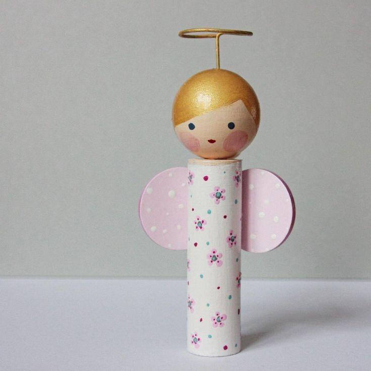 Anděl - dřevěná malovaná figurka Dřevěná, ručně broušená, lepená a malovaná figurka. Svatozář je z velmi tvrdého drátu, takže nehrozí, že by se zkroutil. Andělíček je 15 cm vysoký (i se svátozáří). Figurka je malovaná kvalitními barvami a poté přelakovaná, snese tedy otření vlhkým hadříkem