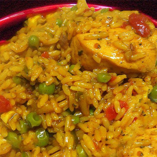 Arroz con Pollo (Arroz españoles con pollo). Un unico estilo de arroz de español, tiene pollo para una comida con variedad.