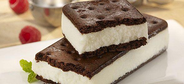 Το παγωτό-σάντουιτς είναι απ'τα αγαπημένα παγωτά των παιδιών. Δείτε πώς να το κάνετε εύκολα και γρήγορα στο σπίτι, με απλά υλικά.