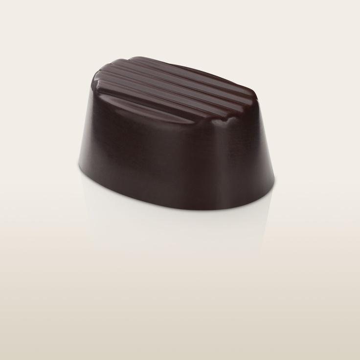 Frutos de Bosque. Delicioso chocolate suavemente amargo, relleno de recuerdos de bosque húmedo, plagado de frutas rojas y negras en un ambiente silvestre, puro e inolvidable.