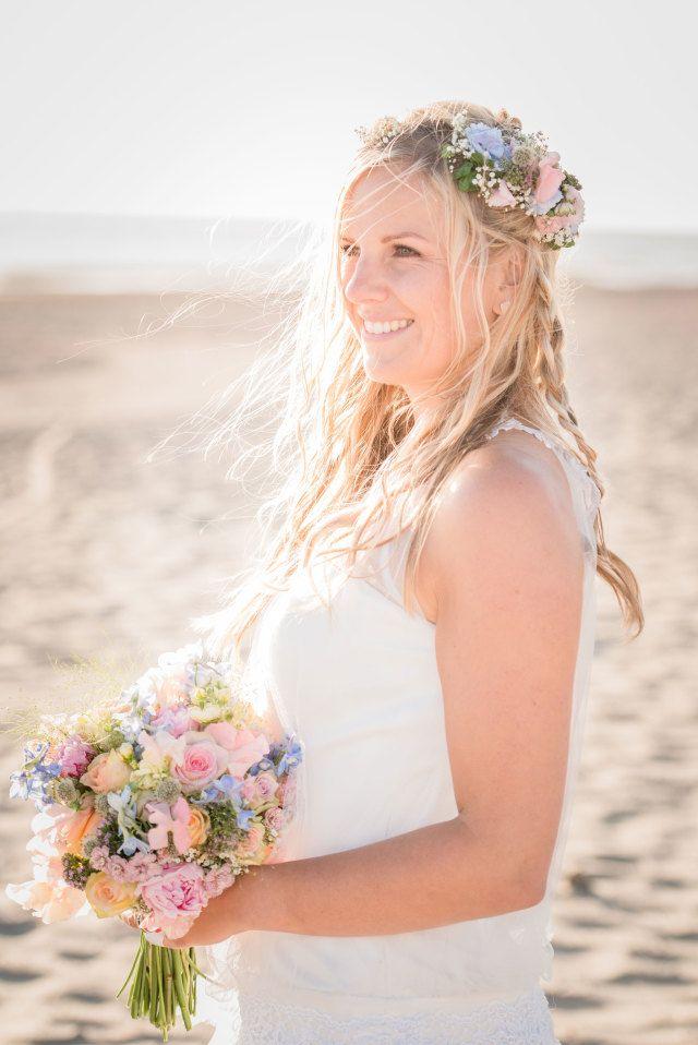 #wedding #bruiloft #beach #strand #bride #bruid #flowers #bruidsboeket | Styled shoot: wedding at sea | ThePerfectWedding.nl | Fotografie: Anneke Fotografie