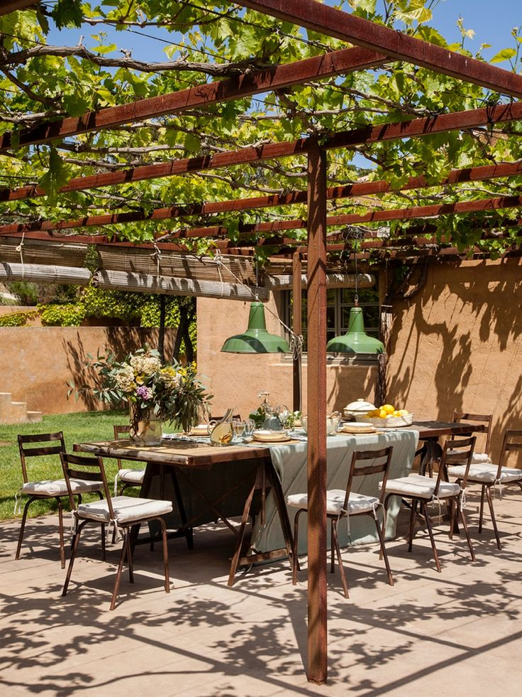 ¡Qué disfrute! El comedor exterior, cubierto con una pérgola, ofrece las mejores vistas de Torrent, y es el lugar perfecto para comer entre amigos.