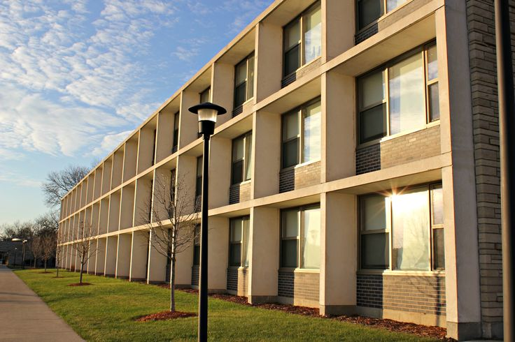living in droms vs student housing Off-campus vs campus housing, which one to choose for some students, living off-campus with students who are even just a year or two older can be eye-opening.