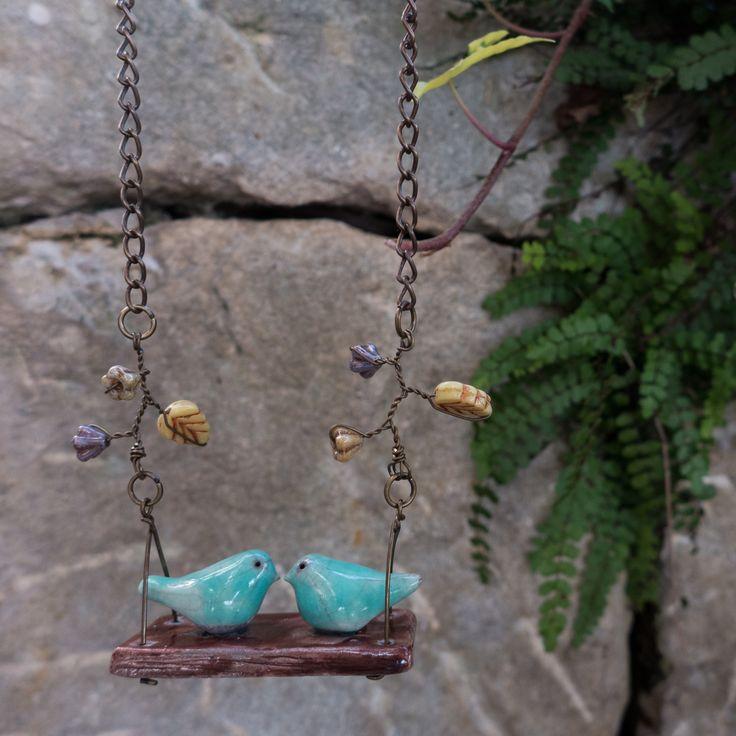 Collana in ceramica raku con ciondolo a forma di altalena con coppia di uccellini innamorati a primavera, catena in ottone e fiori in vetro di LaGrenouilleCeramica su Etsy