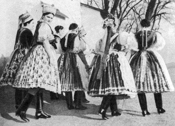 Women, girls in Sunday best (Khazar, Nógrád m., From 1930)