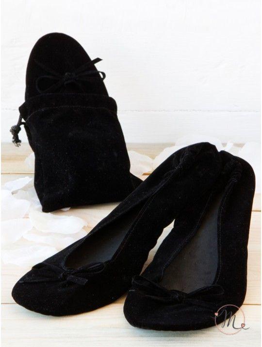 Ballerine avvolgibili con borsetta in velluto avvolgibili. Confezionate all'interno di una borsetta in velluto nero. Saranno super gradite e le vostre invitate potranno comodamente ballare e sostare sul prato della vostra location senza rinunciare alla loro eleganza. Ideali anche per le spose. Le scarpette sono disponibili in due misure M e L. In #promozione #matrimonio #weddingday #ballerine #sconti #offerta #scarpe #wedding #justmarried #ballerinashoes #zapatosdelabailarina…