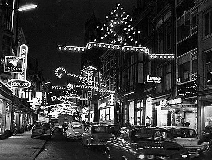 Kerst in Utrecht 1968: Een verlichte Steenweg. Nog het domein van de auto!