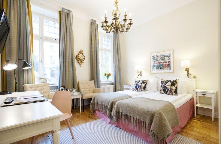 Kung Carl -hotelli huokuu hempeää skandinaavista romantiikkaa. Hotelli on sisustettu suloiseen ruotsalaiseen tyyliin, omaperäisiä yksityiskohtia unohtamatta! Hotelli sijaitsee sykkivällä Stureplanin alueella, joka tarjoaa ehkä koko kaupungin parhaat ostosmahdollisuudet.