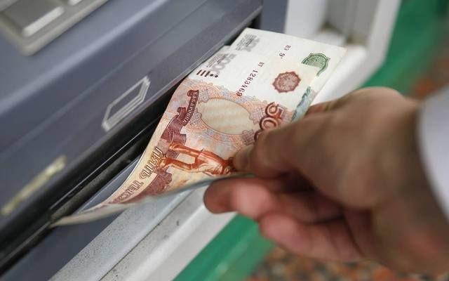 البنك المركزي الروسي يخفض سعر الفائدة                مباشر: قرر البنك المركزي في روسيا تخفيض سعر الفائدة بمقدار 0.5% بعد تراحع مستويات التضخم. وقال البنك المركزي في روسيا عبر بيان صادر اليوم الجمعة إنه قرر خفض سعر الفائدة إلى مستوى 8.50%. وأضاف البنك أنه في ظل الأسعار الإيجابية لعدد من السلع والخدمات فإن توقعات التضخم واصلت تراجعها على الرغم من أنها لم ترتكز بعد على مستويات منخفضة. وكان معدل التضخم في روسيا قد سجل مستوى 3.3% في شهر يوليو مقابل 4% في شهر يونيو وأرجع البنك تباطؤ نمو التضخم إلى…