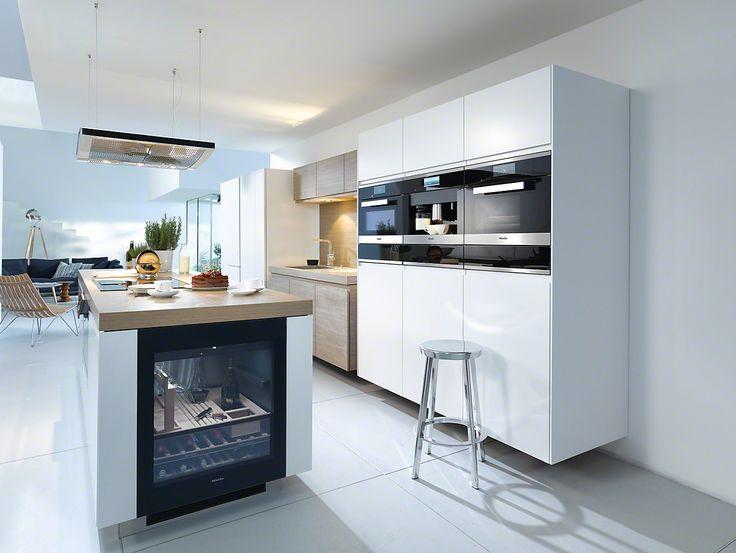 Witte keuken met wijnklimaatkast KWT 6312 UGS in kookeiland #Miele