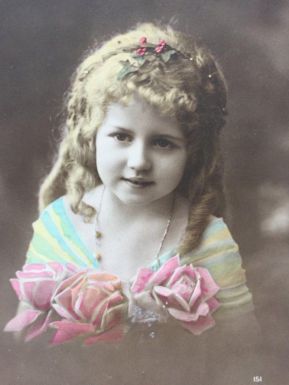 Mooi klein meisje * krullend lang haar * grote tanden * kind ketting * antieke fotograferen op briefkaart * Frans ephemera