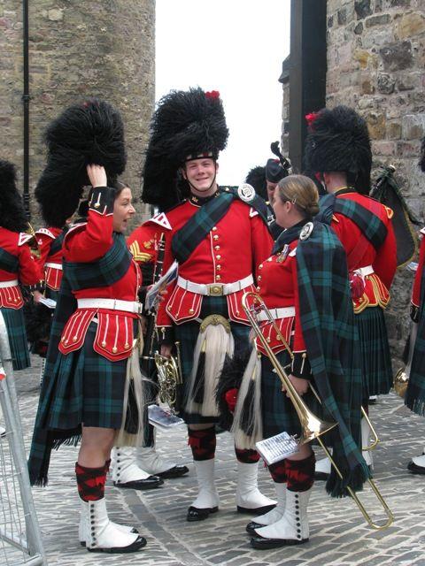 Escoceses em trajes tradicionais que incluem o Kilt.