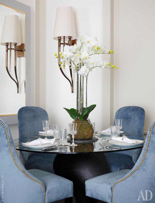 Фрагмент столовой. Обеденный стол, Porada. Стулья, The Sofa and Chair Company. Настенный светильник, Visionnaire.
