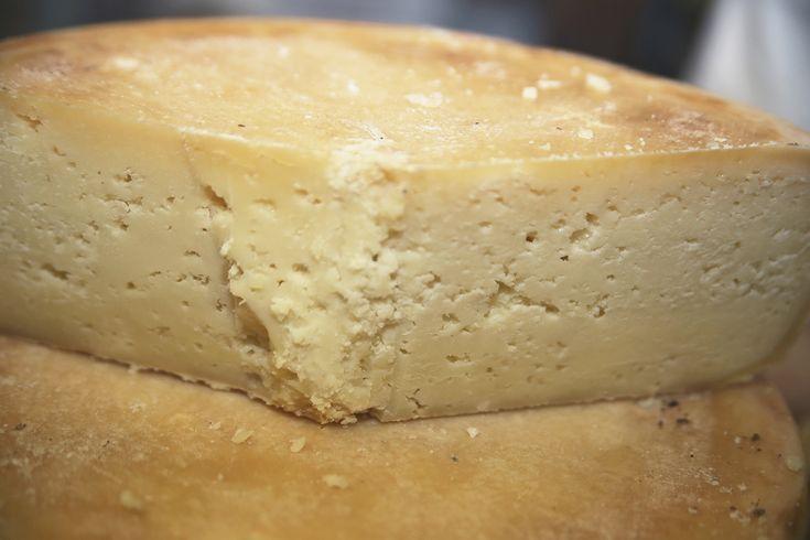 """Bra DOP duroBRA D.O.P. DURO Formaggio semigrasso, a pasta dura, di media o lunga stagionatura. Prodotto nelle valli e nelle montagne di Cuneo, con latte di vacca, pecora e capra. Prende il nome dalla città di Bra, dove in passato veniva commercializzato. E' marchiato """"Prodotto della Montagna"""" se realizzato e stagionato oltre 900 metri, nelle zone previste dall'apposito Albo. Può essere """"di Alpeggio"""" se prodotto con latte crudo in pascoli iscritti in un elenco dedicato."""
