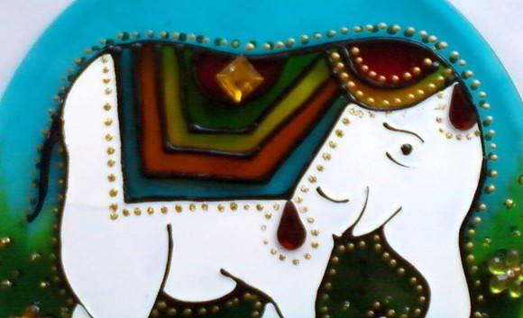 Mandala em acrílico de 12cm de diâmetro, técnica vitral, decorada com tinta relevo dourada e flores de acrílico em ambos os lados.  Pode ser feito em vidro, em diversos tamanhos.    O elefante é um simbolo tradicional de PROSPERIDADE. Excelente para presentear amigos e pessoas queridas.