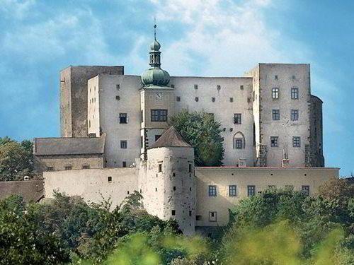 Hrad Buchlov - jeden z nejstarších a nejmohutnějších královských hradů Asi 3 kilometry severozápadně od Buchlovic stojí na vysokém kopci zdaleka viditelný a majestátný hrad Buchlov. Hrad je ukázkou středověké pevnostní architektury a hradní interiéry dokumentují vývoj bytové kultury od 15. do 19. století.