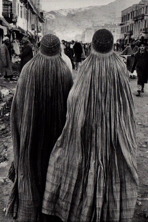 Marc Riboud, Vers l'orient : Iran, Afghanistan, Pakistan. 1955-1956. Editions Xavier Barral, Paris, 2012.  Kabul, Afghanistan, 1955