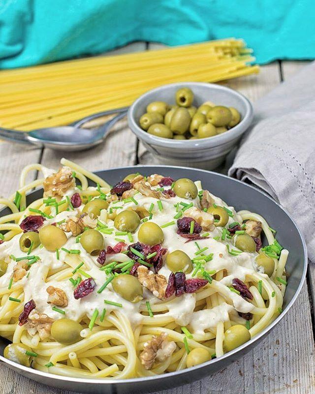 СРЕДИЗЕМНОМОРСКАЯ ПАСТА-МИНУТКА🍝  ЧТО: ❁280 г любимых макарон ❁1 стак. хумуса ❁1/3 стак. воды ❁5 зубчиков чеснока ❁1/2 стак. маслин ❁1/2 стак. грецких орехов ❁2 ст. ложки сушеной клюквы (по желанию) ❁соль, перец по вкусу  КАК:  1. Приготовить макароны согласно инструкции на упаковке.  2. В то время как паста готовится в блендере смешать хумус, воду и чеснок, затем приправить солью и перцем.  3. Добавить оливки, грецкие орехи и сушеную клюкву.  4. Соединить пасту и соус и подавать.  Yummery…