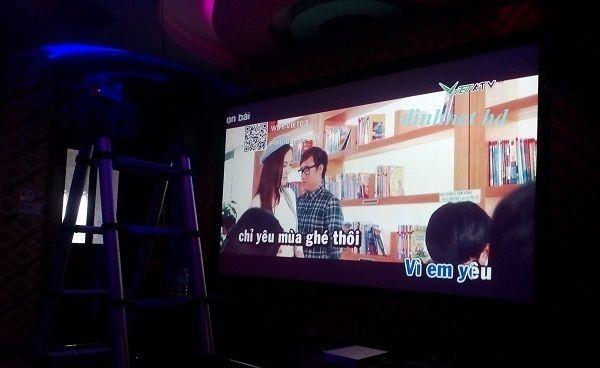 Giải pháp máy chiếu kiêm tivi 200 inch hát karaoke chưa từng có  máy chiếu phòng hát karaoke kiêm tivi chưa từng có ở Việt Nam, một máy chiếu cao cấp để xem phim như ở rạp tại VN đã ít người biết tới, thế nhưng hát karaoke màn hình khủng tới 3m x 2m cảm giác chắc rất là mê