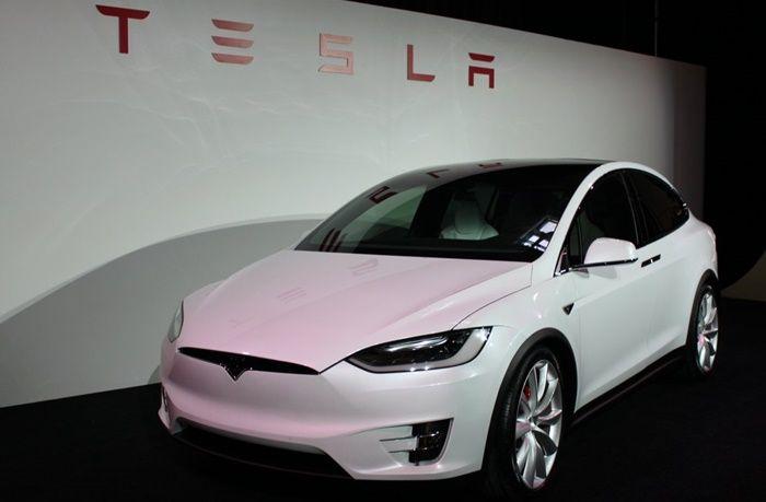 Tesla bugüne dek üretmiş olduğu araçlarında her ne kadar otomatik sürüş modlarına sahip olsa da bir sürücüye ihtiyaç duyuluyordu. Ancak yeni yayınlanmış olan güncelleme ile sürücüsüz Tesla devri başlıyor ve araçlar artık sürücüsüz olarak gidebilecek. Tesla, sahip olduğu güncel teknolojileri ve otomatik sürüş yetenekleri ile kullanıcısını ciddi anlamda memnun bırakmayı başarıyor. Ancak elbette kullanıcılar hep …