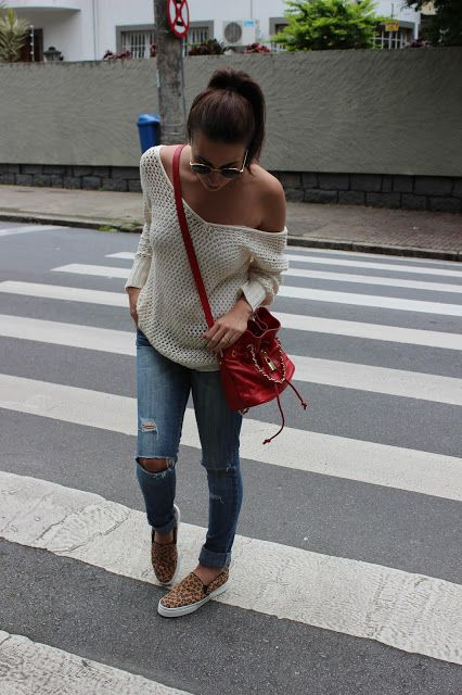 Look: Tricô, jeans destroyed e slip on