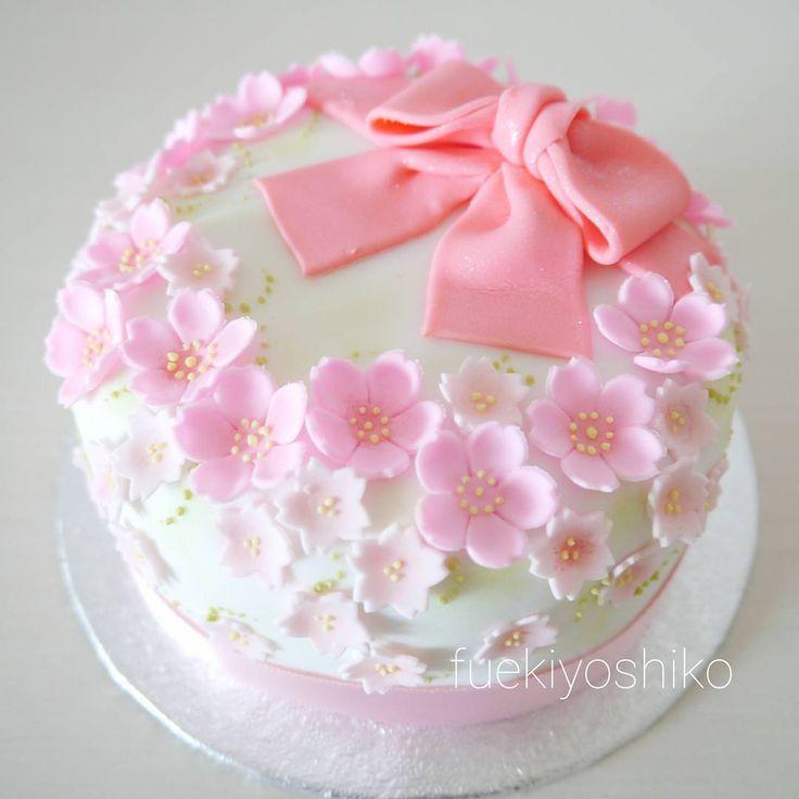 おはようございます! お祝いに桜のケーキ🎵 お母様からのプレゼントに作らせていただきました。 中は英国伝統のフルーツケーキです。 日持ちするので、ラッピングしたひときれを友達にプレゼントもできるケーキ。一緒お祝いできなかった方に幸せのおすそわけ😍  http://sweetart.jp/  #桜のケーキ #桜 #イギリス菓子 #フルーツケーキ #シュガークラフト #シュガークラフト教室 #笛木香子 #sweetart #sugarcraft #cherryblossoms #anniversarycake #birthdaycake #ediblearts