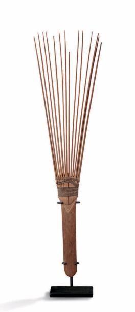 PEIGNE, ÎLES FIDJI, MÉLANÉSIE DATATION PROPOSÉE XVIII ÈME SIÈCLE. COMB, FIJI ISLANDS, MÉLANESIA PROPOSED DATING: XVIII CENTURY. Bois/Wood, fibre/fiber. H.13 X W.3,5 in.; H. 32 cm Peigne à décor gravé… - Aguttes - 07/04/2017