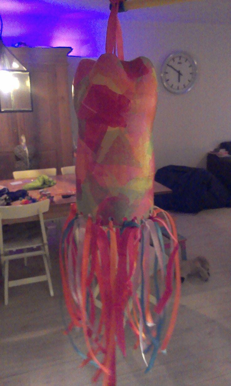 Lampion van plastic fles. Deze wordt het dit jaar denk ik! Zo kleurrijk eenvoudig!