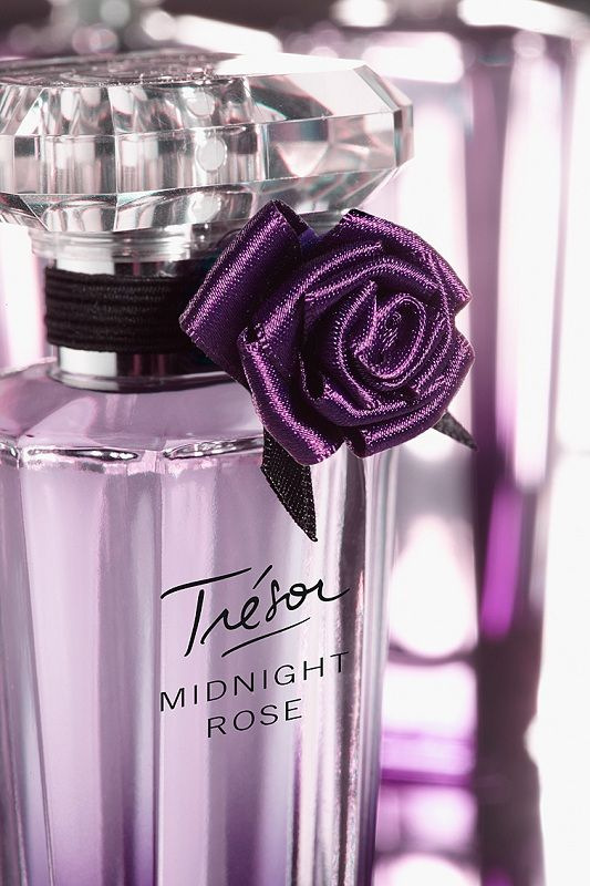 Tresor Midnight Rose...  Top notes: raspberry rose absolute  Heart: jasmine, peony, currant buds, pink pepper  Base: Virginian cedar, musk and vanilla  Notes per fragantica.com